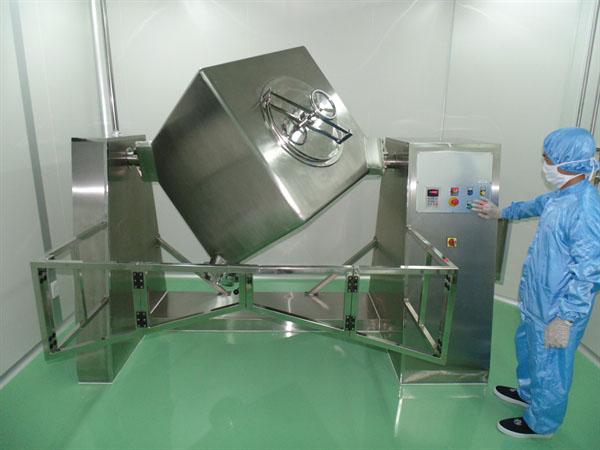 Máy trộn lập phương đang được vận hành trong nhà máy Dược phẩm Phama