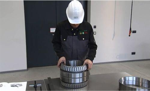 Công nhân kỹ thuật đang tháo lắp vòng bi côn FAG